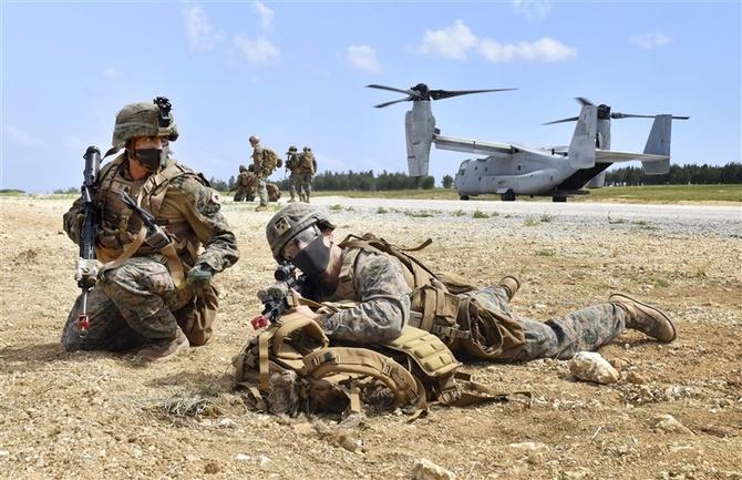 伊江島で訓練する米海兵隊=2020年10月7日、沖縄県伊江村