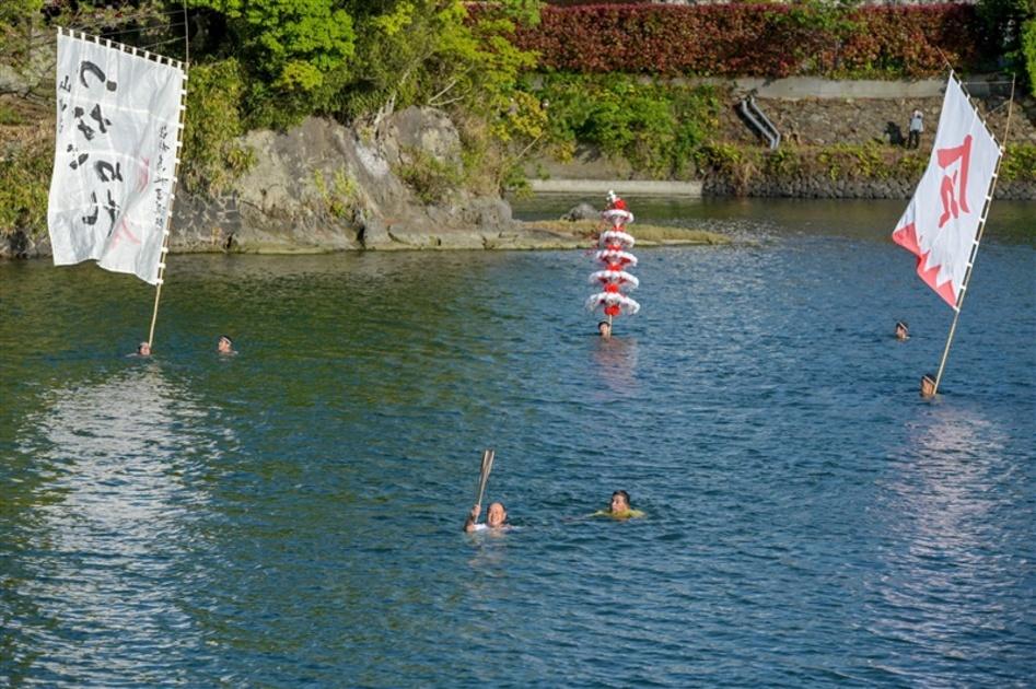 古式泳法で聖火「つながれ」 臼杵山内流で川渡る 大分