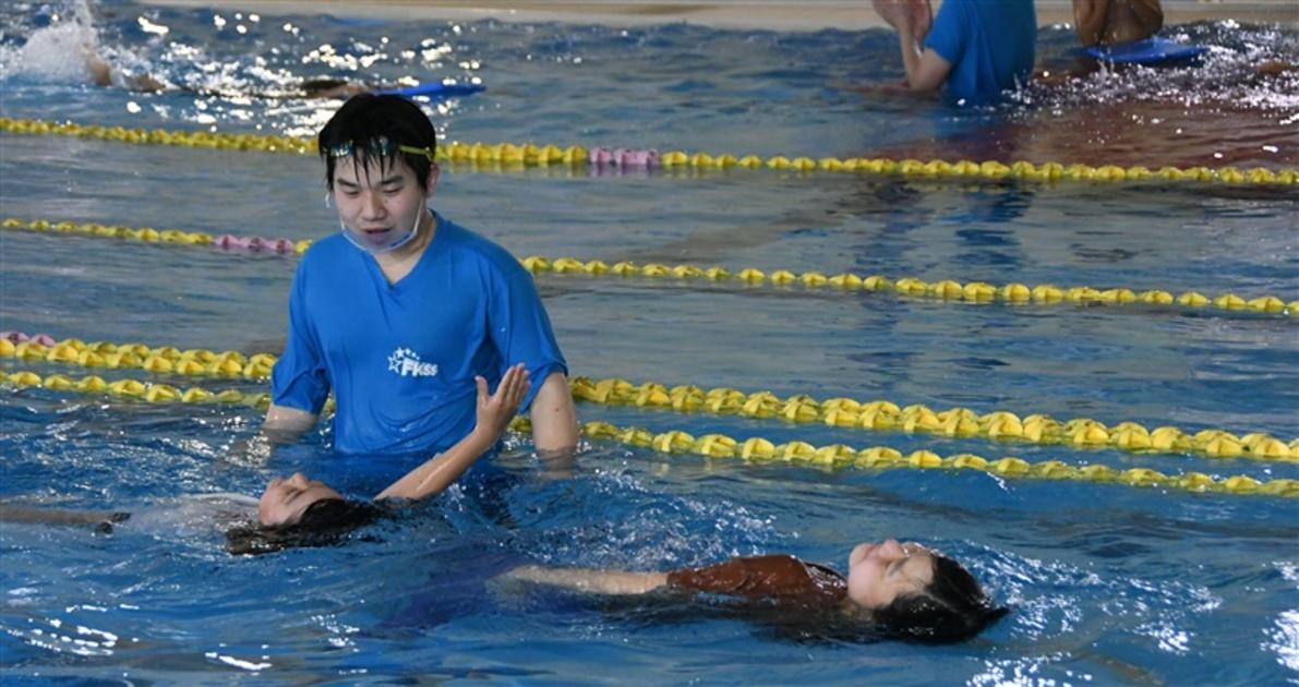 夏休み前に「着衣水泳教室」 飯塚市、幼児から高校生が参加
