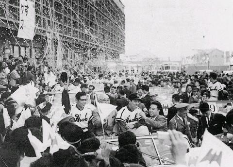 1959年、御堂筋パレードで帽子を振る杉浦忠投手(中央左)と野村 ...